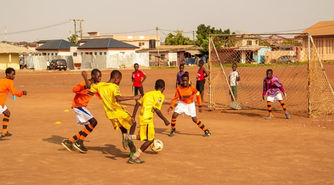 サッカーに夢中になるガーナの少年たち